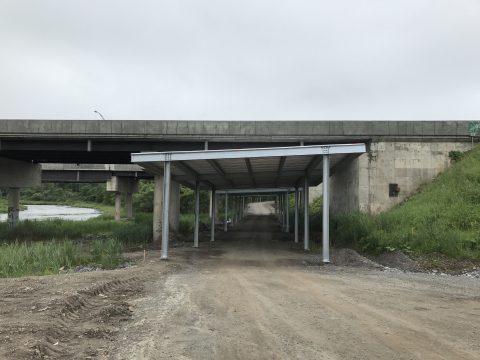 Parapet de protection pour la piste cyclable du Parc de la rivière Etchemin sous l'autoroute
