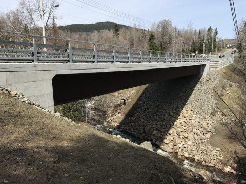 Coffrage bétonnage du pont du boul. Raymond au dessus de la rivière du Lac a Sainte-brigite de laval (2)